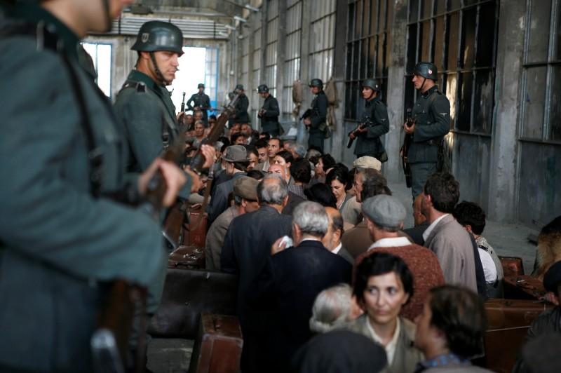 Un'immagine della deportazione tratta dalla miniserie Sotto il cielo di Roma