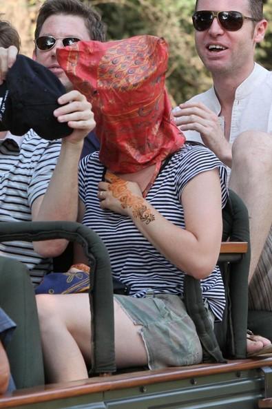 Vista così, sembra una sequestrata, in realtà Katy Perry si gode un safari in India alla vigilia del suo matrimonio.