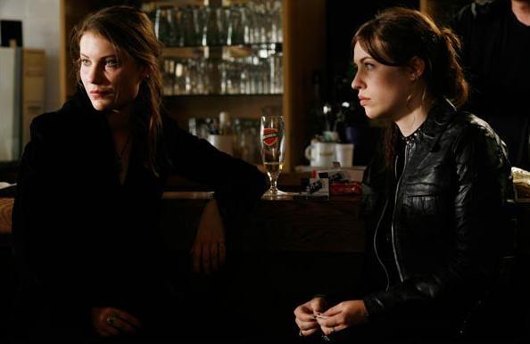 Elise Caron ed Elise Lhomeau nel film drammatico Des filles en noir