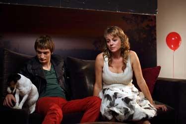 Emma Suárez ed Eduard Fernández nel film La mosquitera
