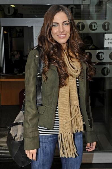 Jessica Lowndes sorride mentre lascia gli Studios della BBC Radio One