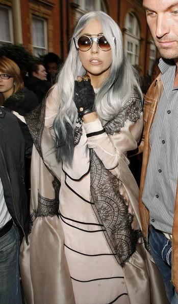 Lady Gaga esce dal suo albergo e attira una folla di fan