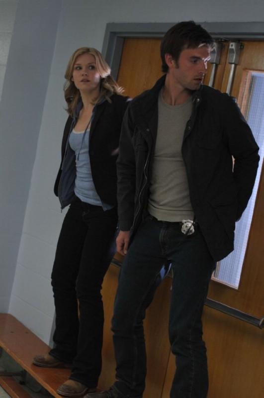 Lucas Bryant ed Emily Rose in un momento dell'episodio Consumed della serie Haven