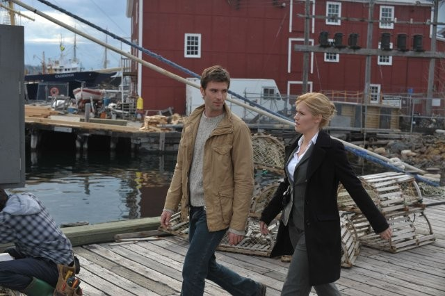 Lucas Bryant ed Emily Rose in un momento dell'episodio Welcome to Haven della serie Haven
