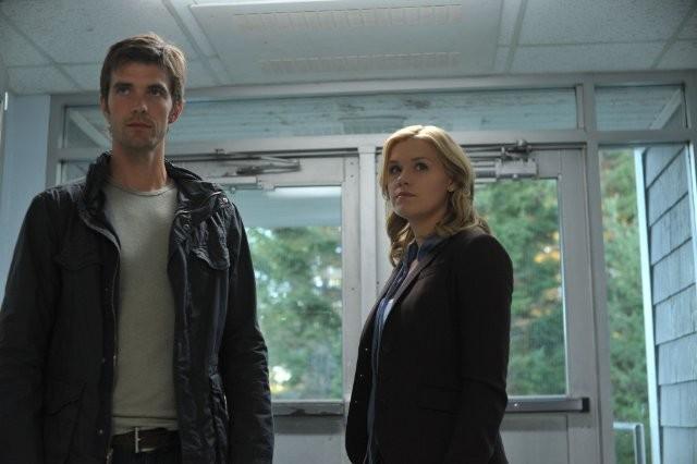 Lucas Bryant ed Emily Rose in una scena dell'episodio Consumed della serie Haven