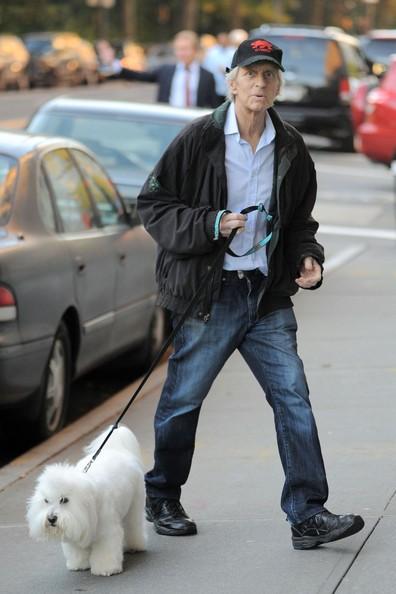 Michael Douglas lascia il suo appartamento con il cane a New York