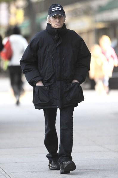 Michael Douglas mentre va a prendere la figlia a scuola in New York