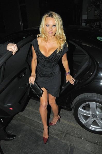 Pamela Anderson si dirige verso il ristorante Rasa Indian a Mayfair