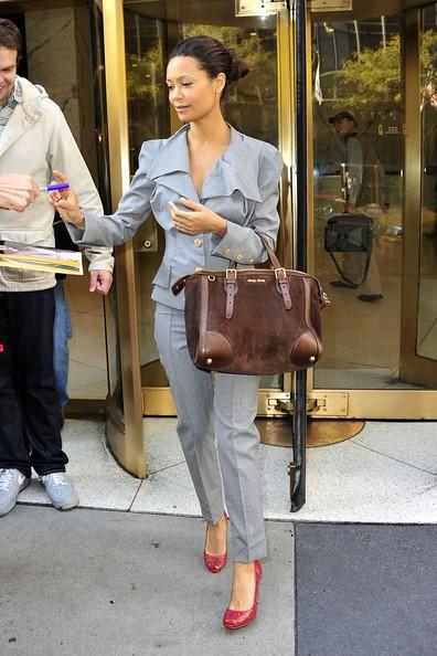 Thandie Newton saluta i suoi fans mentre esce dai CW Studios di New York