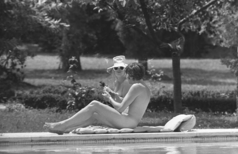 Brigitte Bardot e Gunter Sachs prendono il sole svestiti