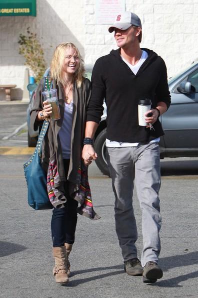 Chad Michael Murray e fidanzata mentre lasciano uno Starbucks di Los Angeles