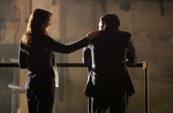 Laura Innes e Clifton Collins Jr. in una scena dell'episodio Loyalty di The Event