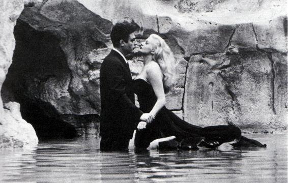 Mastroianni e la Ekberg in una leggendaria scena de La dolce vita