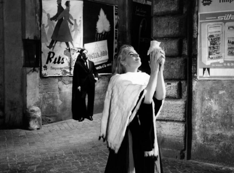 Mastroianni (sullo sfondo) e la Ekberg in una scena de La dolce vita