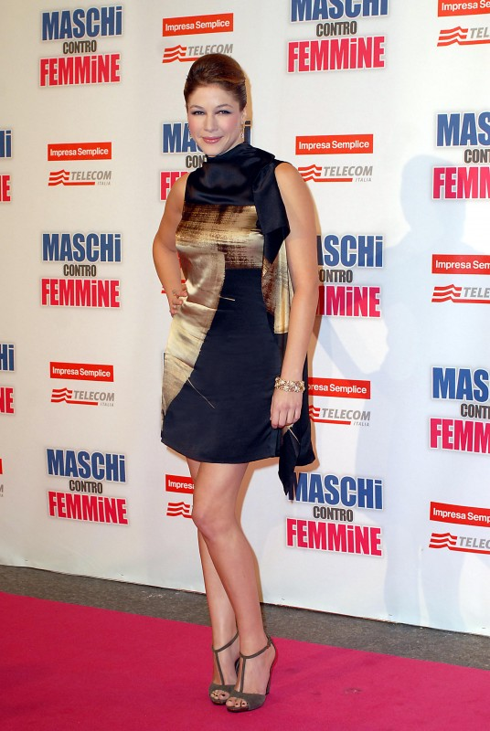 Sarah Felberbaum alla premiere di Maschi contro Femmine. L'attrice indossa un abito in raso stampato e sandali a tacco alto in camoscio della Collezione Gucci Autunno-Inverno 2010-11.