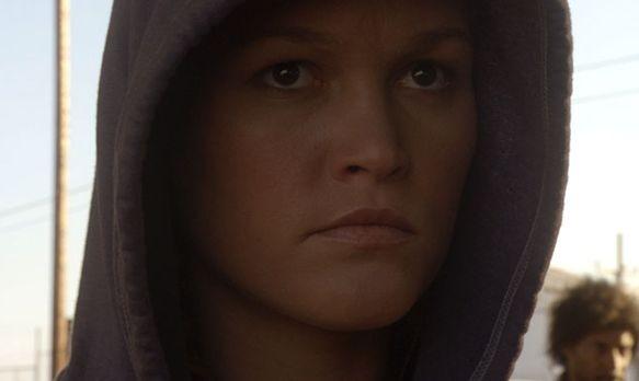 Un primo piano di Julia Stiles dall'episodio First Blood di 'Dexter'