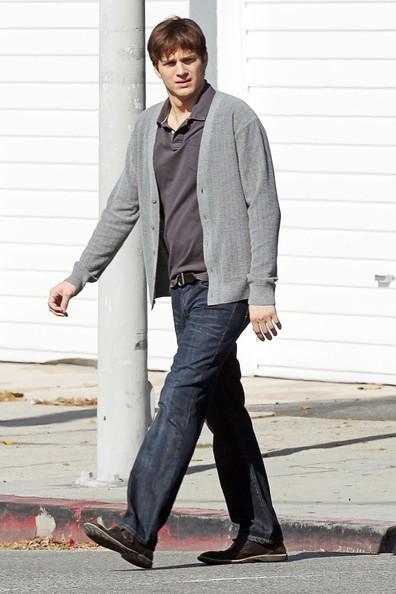 Ashton Kutcher fa una passeggiata solitaria per Los Angeles