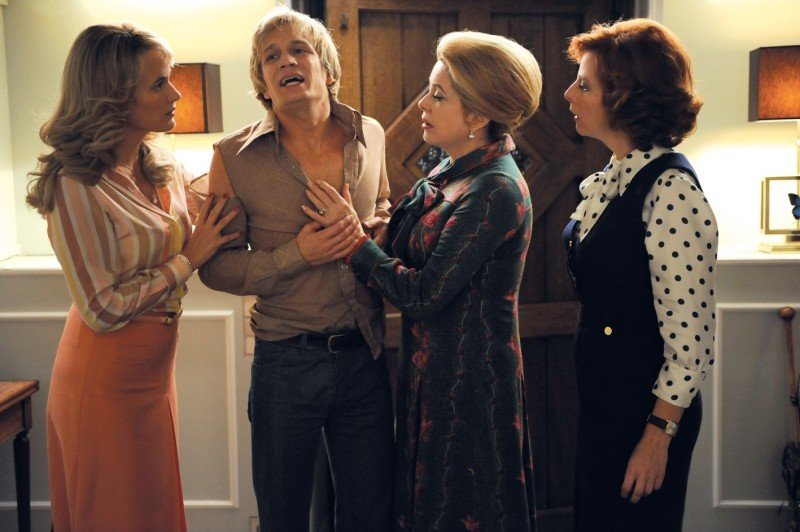 Catherine Deneuve con Jérémie Rénier, Judith Godrè e Karin Viard nel film Potiche