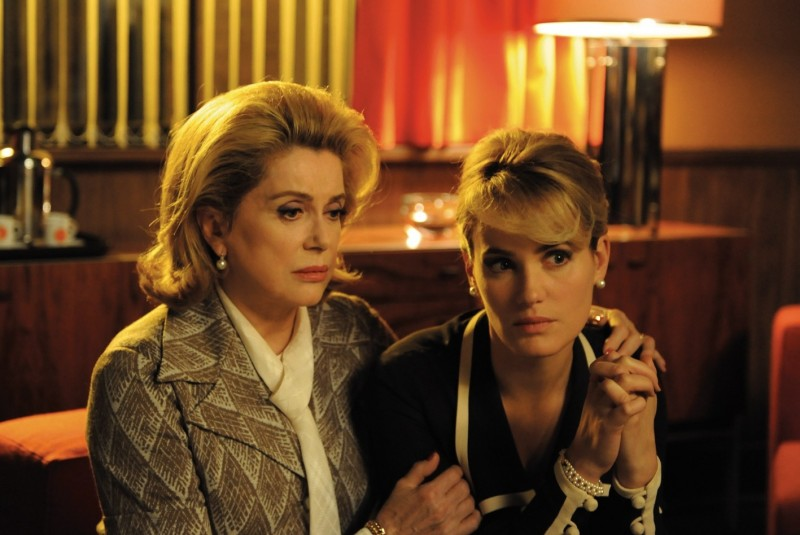 Catherine Deneuve e Judith Godrèche in una scena del film Potiche