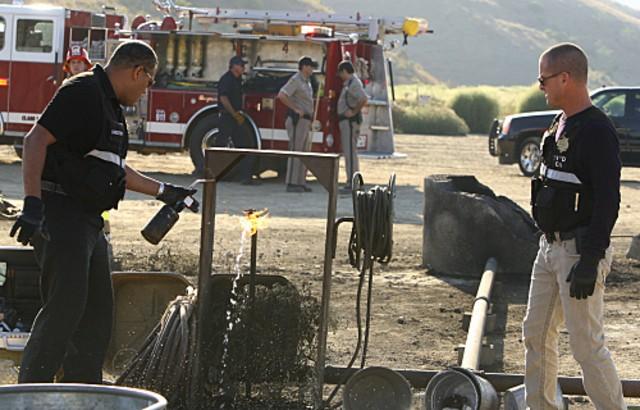 George Eads e Laurence Fishburne in CSI: Scena del crimine, nell'episodio Fracked