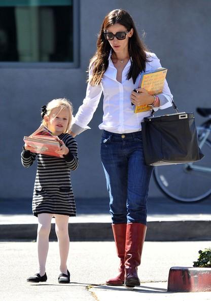 Jennifer Garner e Violet fanno visita alla biblioteca per prendere alcuni libri, in Santa Monica