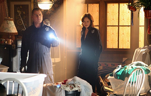 Jorja Fox, George Eads in CSI: Scena del crimine, nell'episodio House of Hoarders