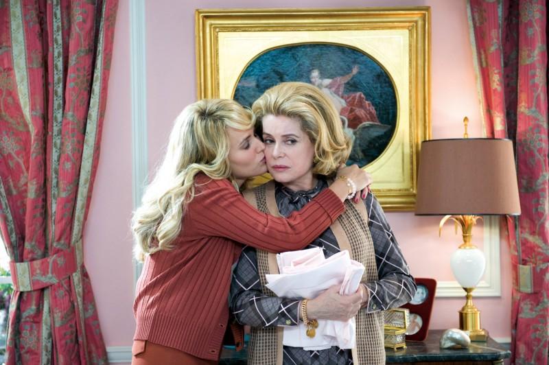 Judith Godrèche con Catherine Deneuve nel film Potiche