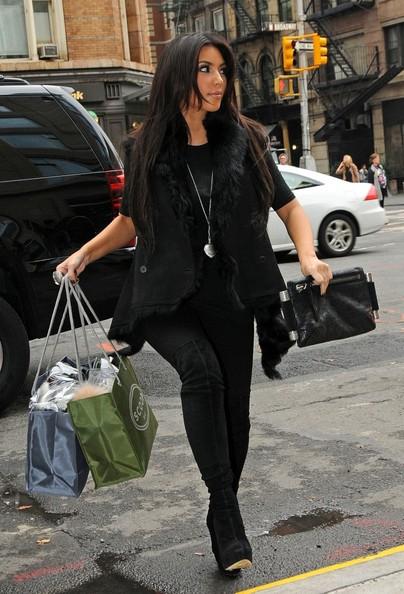 Kim Kardashian fa la spesa da Scoop, accompagnata dalla sorella Kourtney
