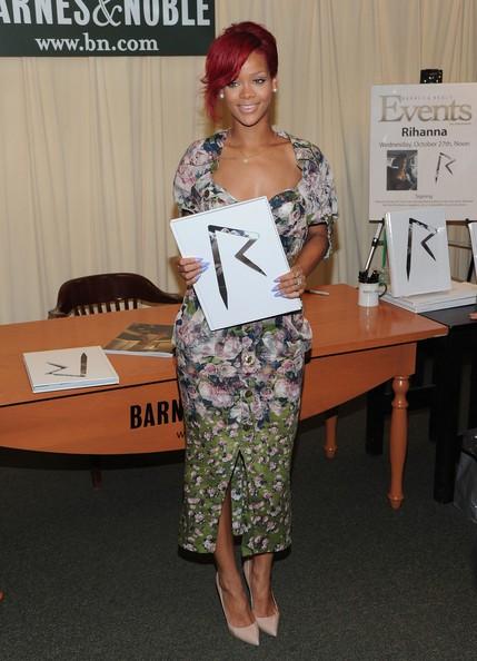 Rihanna firma copie del libro 'Rihanna: Rihanna' presso Barnes & Noble