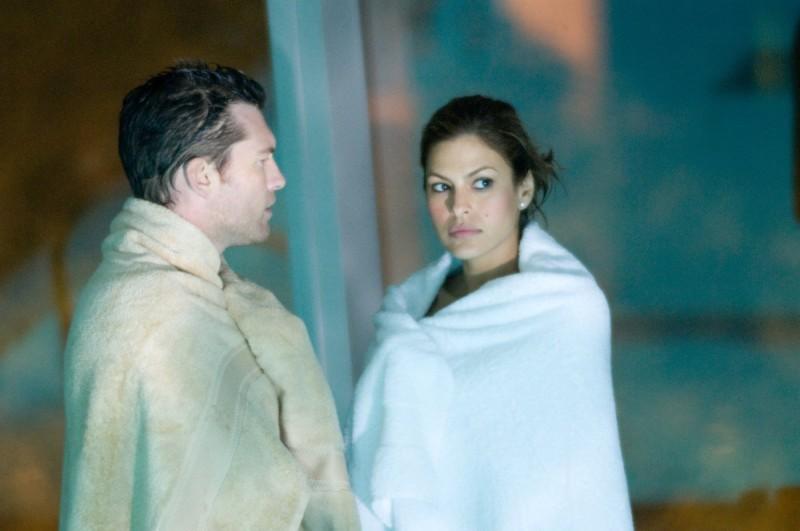 Sam Worthington con Eva Mendes nel film Last night
