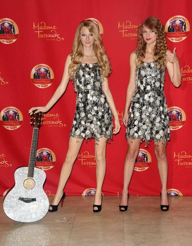 Taylor Swift posa accanto alla sua statua di cera di Madame Tussauds a New York