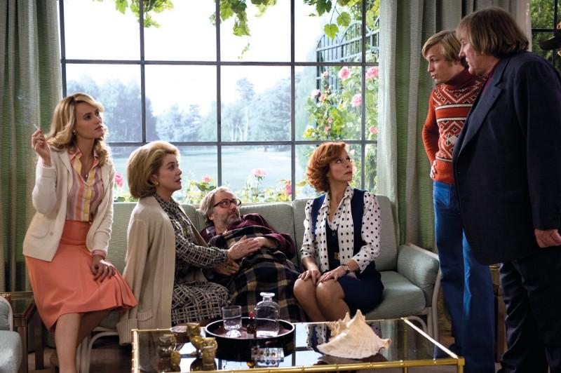 Una scena del film Potiche con Catherine Deneuve e Gerard Depardieu
