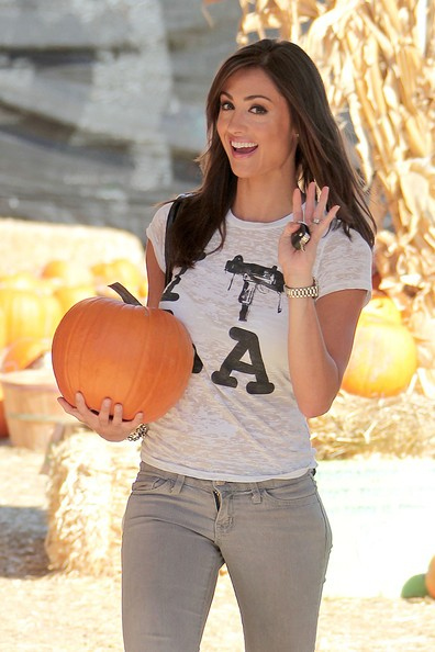 La bella Katie Cleary fa tappa da Mr.Bones per acquistare una zucca all'ultimo minuto.