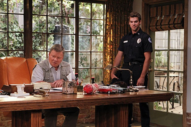William Shatner e Preston Jones in $#*! My Dad Says nell'episodio Not Without My Jacket