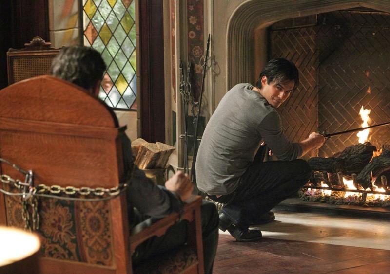 Damon (Ian Somerhalder) guarda Mason (Taylor Kinney) nell'episodio Plan B di Vampire Diaries