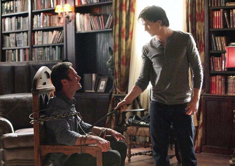 Damon (Ian Somerhalder) tortura Mason (Taylor Kinney) nell'episodio Plan B di Vampire Diaries