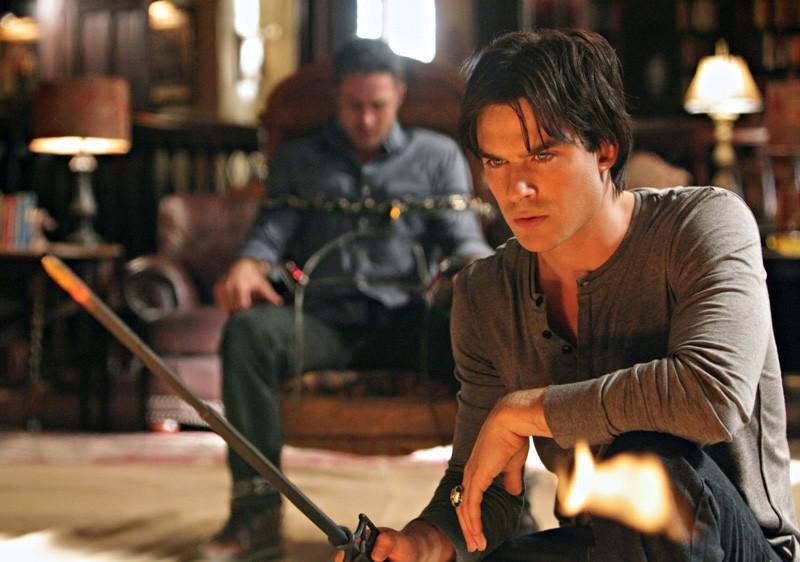 Ian Somerhalder e Taylor Kinney in una scena dell'episodio Plan B di Vampire Diaries