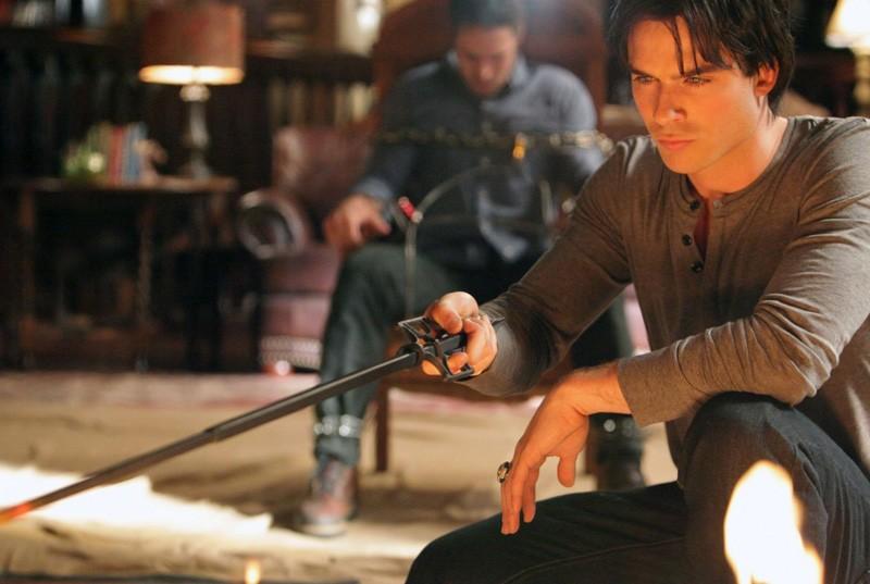 Ian Somerhalder guarda il fuoco con alle spalle Taylor Kinney in: Plan B di Vampire Diaries