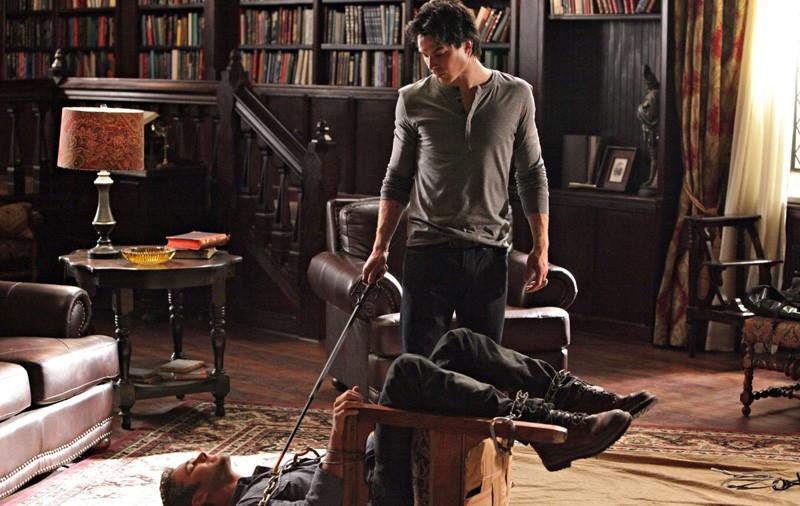 Ian Somerhalder guarda Taylor Kinney in una scena dell'episodio Plan B di Vampire Diaries