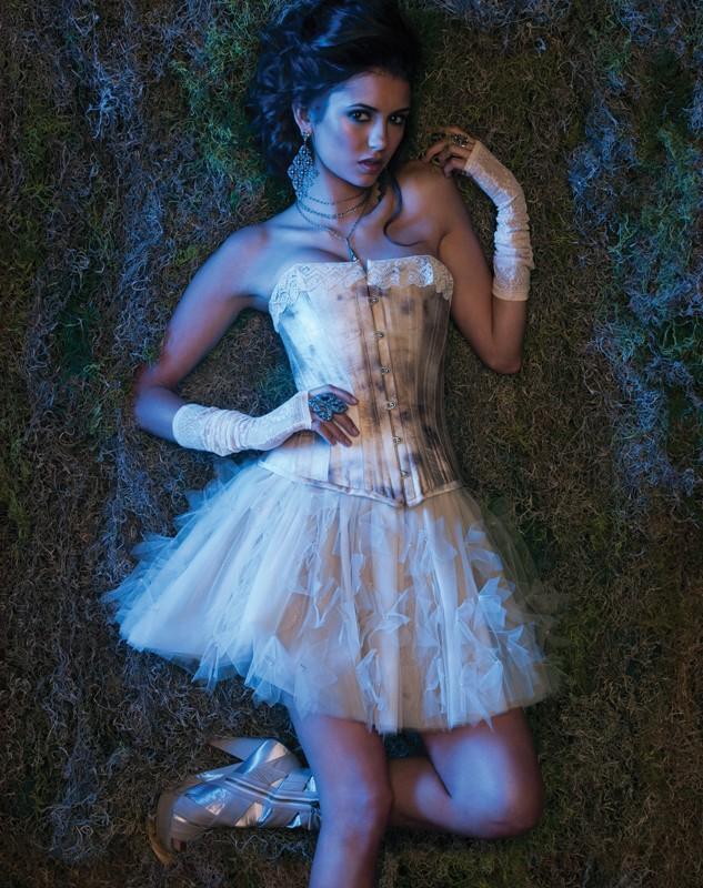 La bella Nina Dobrev posa per uno scatto promo della season 2 di Vampire Diaries