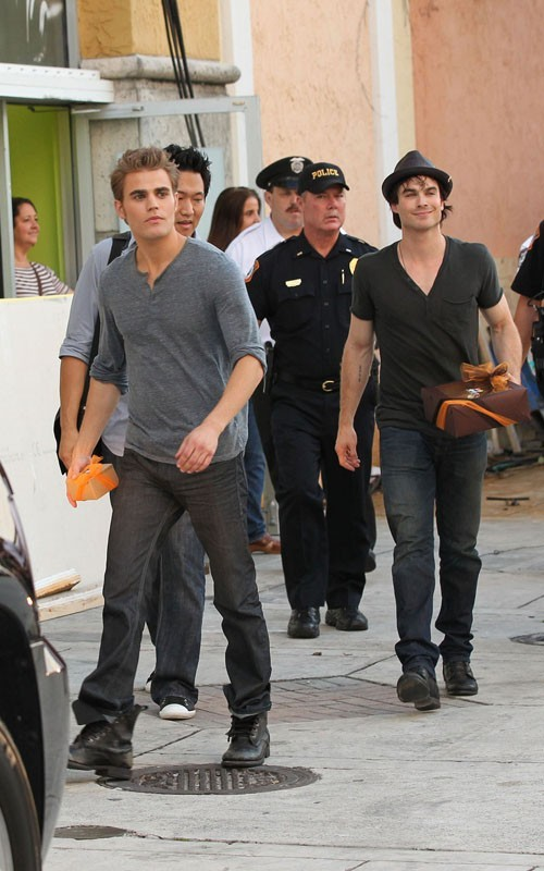 Paul Wesley e Ian Somerhalder arrivano al Sunset Place Mall di Kendall, Florida