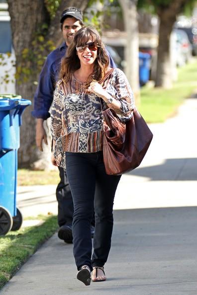 Alanis Morissette cammina lungo il marciapiede mentre va a trovare un amico a Los Angeles