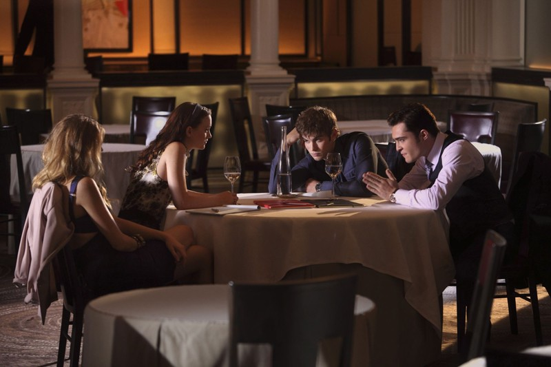 Blake Lively, Leighton Meester, Chace Crawford ed Ed Westwick nell'episodio War at the Roses di Gossip Girl