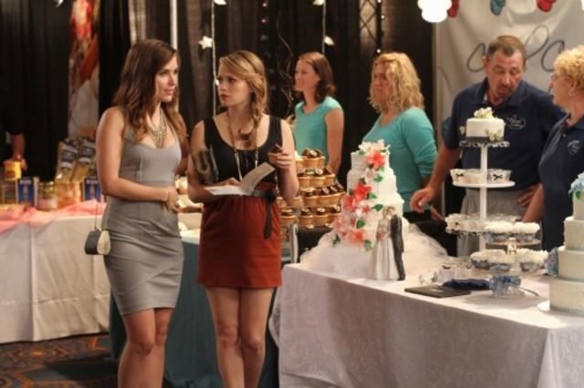 Brooke (Sophia Bush) ed Haley (Bethany Joy Galeotti) nell'episodio Luck Be a Lady di One Tree Hill