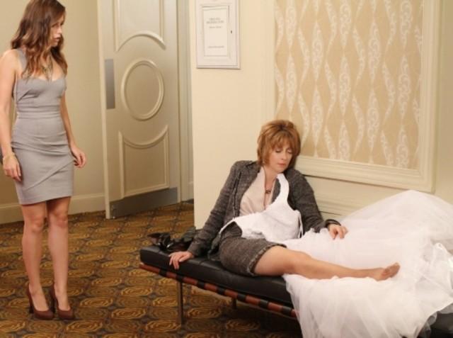 Brooke (Sophia Bush) guarda Sylvia (Sharon Lawrence) nell'episodio Luck Be a Lady di One Tree Hill