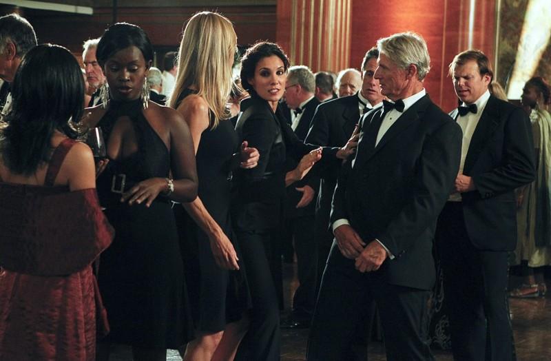 Daniela Ruah in una scena d'azione nell'episodio Anonymous di NCIS: Los Angeles