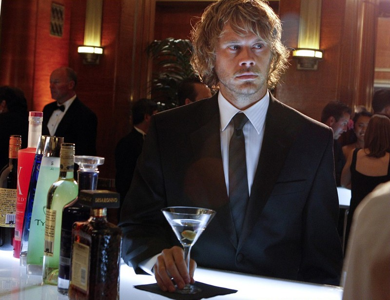 Eric Christian Olsen al bar in una scena dell'episodio Anonymous di NCIS: Los Angeles