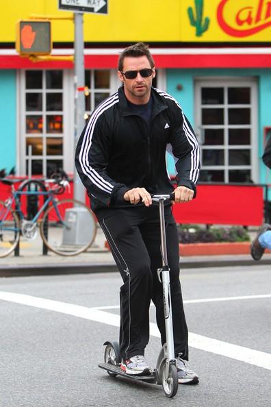 Hugh Jackman con il suo monopattino la mattina presto dopo aver lasciato la figlia Ava a scuola nel West Village