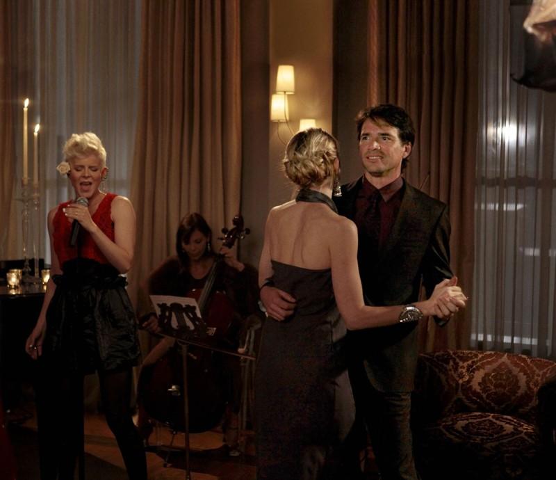 Kelly Rutherford e Matthew Settle danzano una canzone di Robyn nell'episodio War at the Roses di Gossip Girl