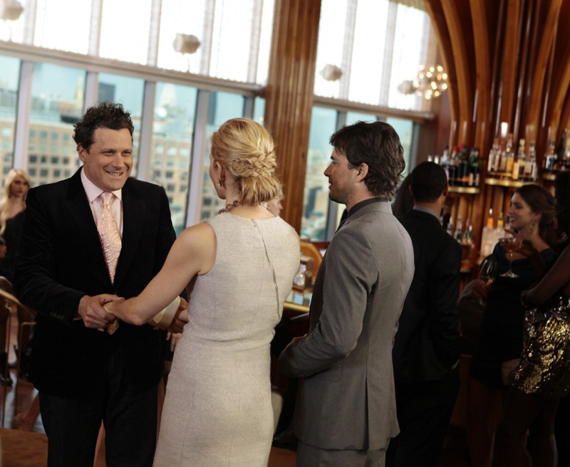 Kelly Rutherford e Matthew Settle salutano Isaac Mizrahi nell'episodio Easy J di Gossip Girl